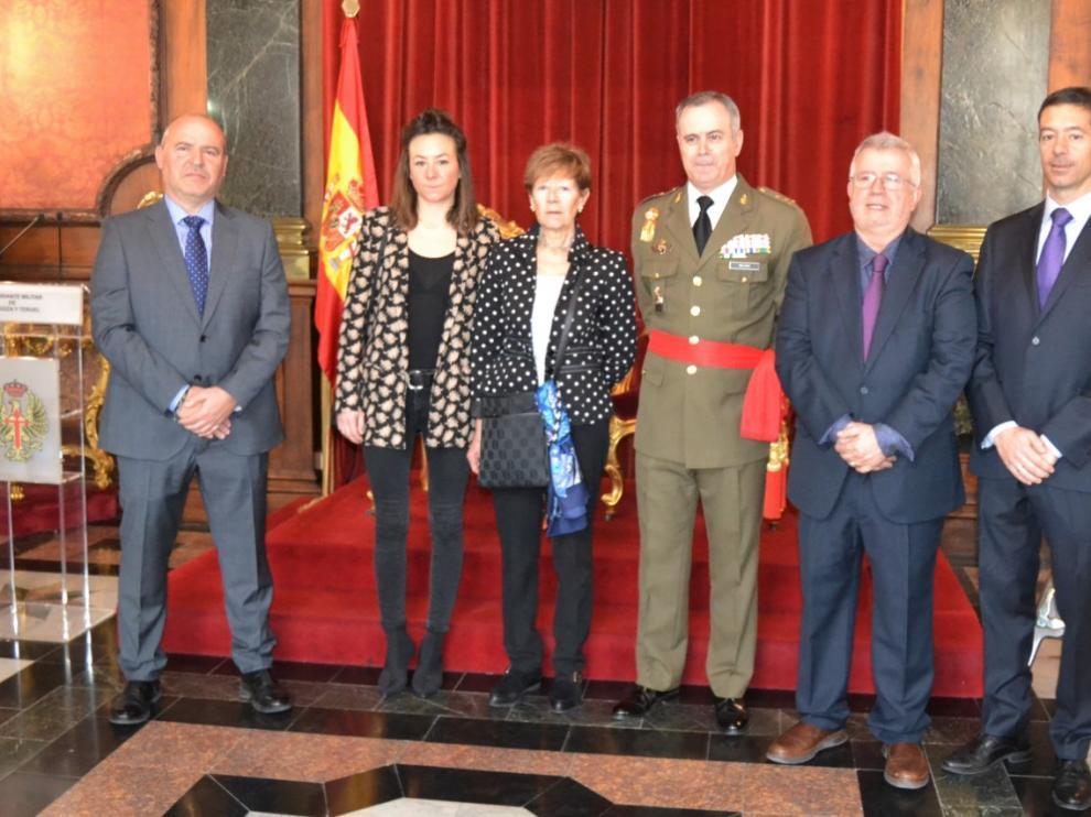 El general Carlos Melero, con los premiados del colegio Salesianos y la familia del catedrático José Bermejo Vera, ayer en el palacio de la antigua Capitanía.