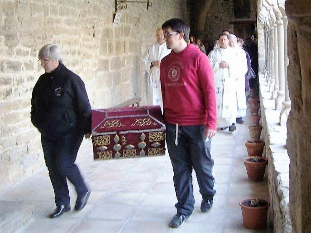 Procesión por el claustro de la catedral de San Vicente en Roda de Isábena