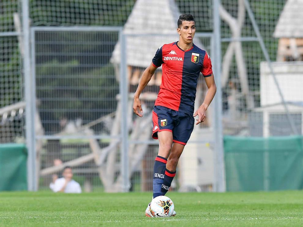 El Yamiq conduce la pelota en un partido del Genoa.