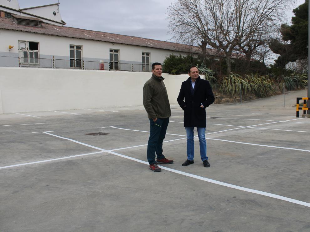 El concejal de Urbanismo, Diego Cobos, a la izquierda junto al alcalde Luis José Arrechea, en el aparcamiento acondicionado.