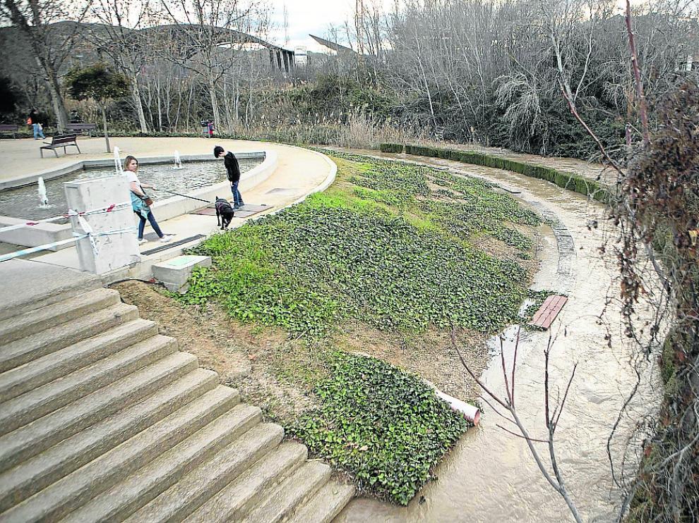 El río Huerva, ayer a su paso por Cuarte, donde se han vallado los accesos al cauce.