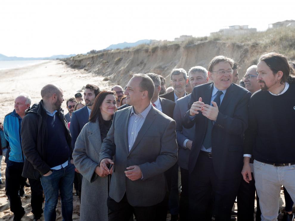 El vicepresidente segundo del Gobierno, Pablo Iglesias, junto al president de la Generalitat valenciana, Ximo Puig, en las playas de Olivas.