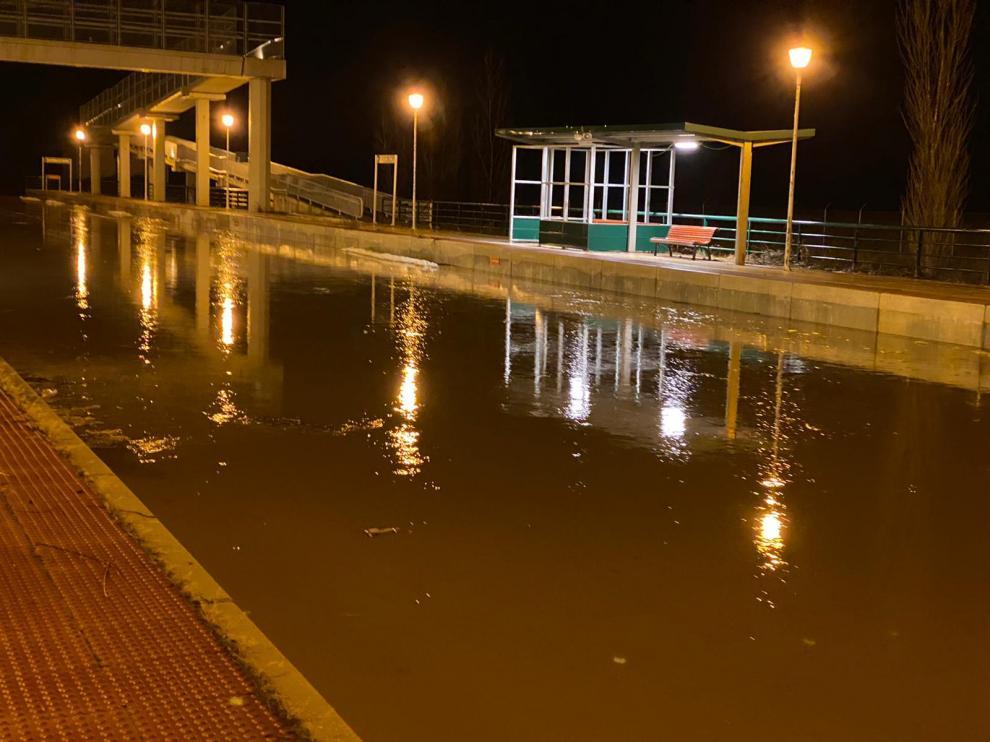 Las vías de tren inundadas en la estación de Villarreal de Huerva en la noche del martes