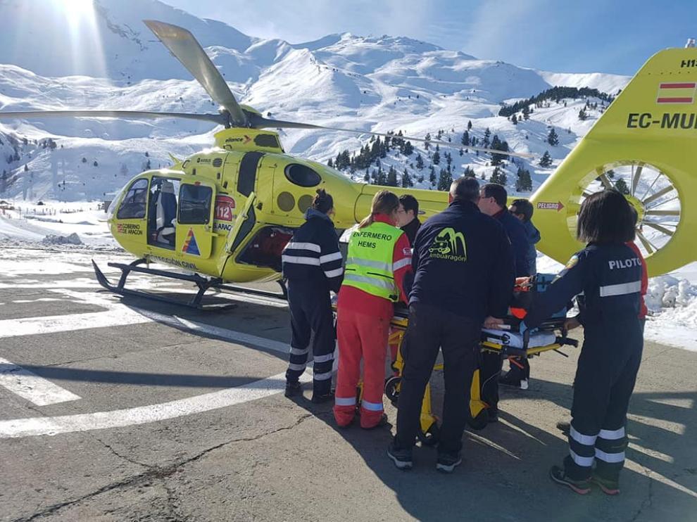 Momento de la evacuación del herido en el helicóptero.
