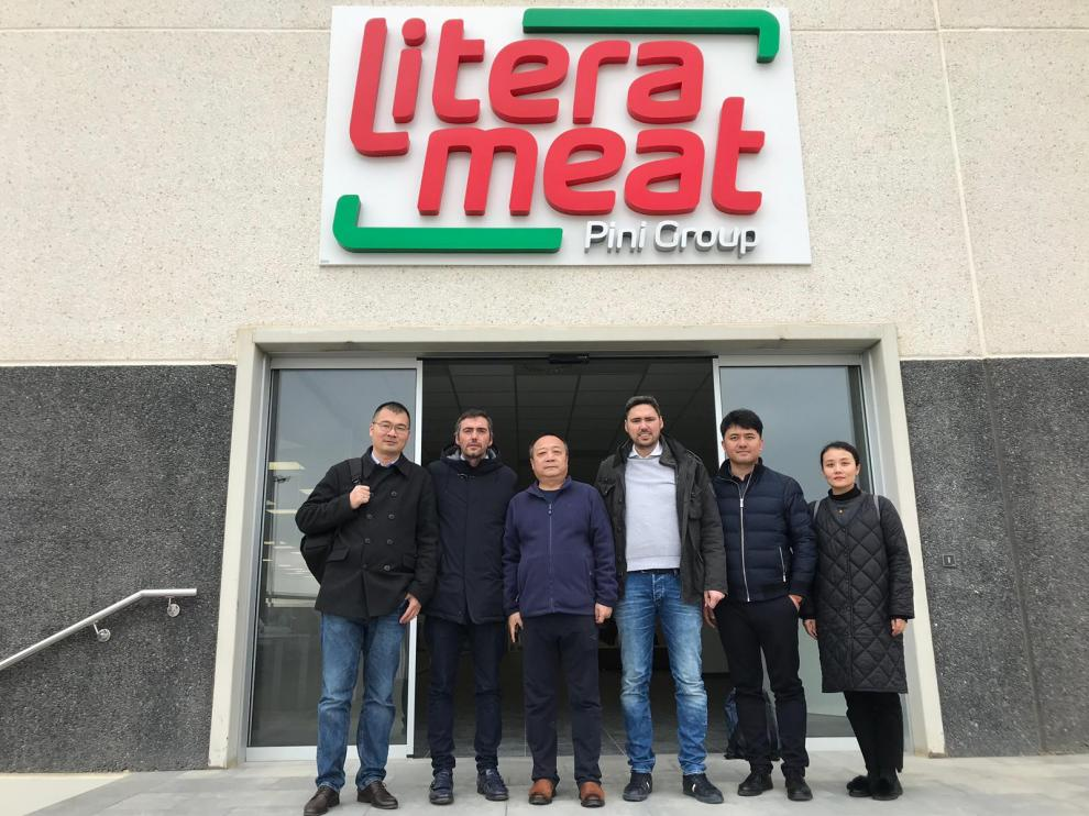 Roberto y Francesco Pini con el equipo directivo de WH Group.