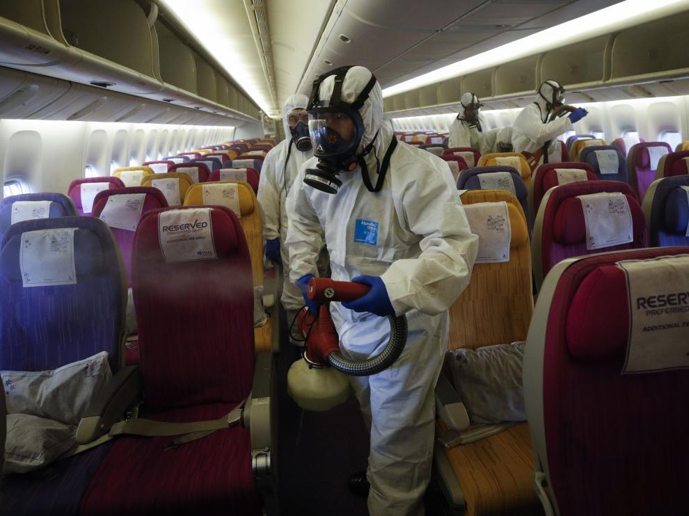 Un avión de Thai Airways es desinfectado en Bangkok como medida de precaución ante el virus