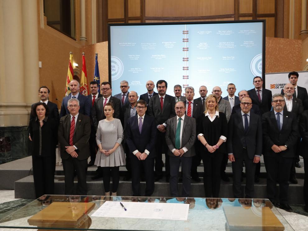 Los firmantes del plan estratégico en la sala de la Corona del Edificio Pignatelli.