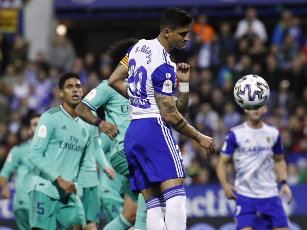Simone Grippo, en un despeje de cabeza durante el partido Real Zaragoza-Real Madrid de la noche de este miércoles, en el que fue capitán, horas antes de que el Oviedo se lanzase a por su fichaje.