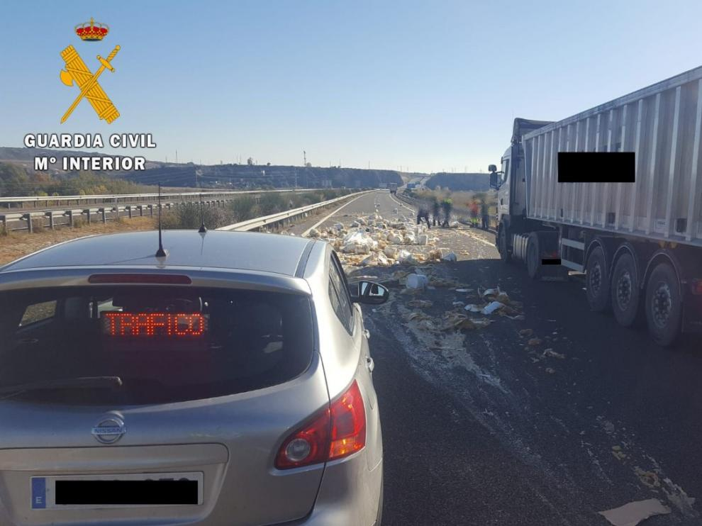 Imagen del accidente que causó el derrame del cabello de ángel que transportaba el camión en unos bidones.