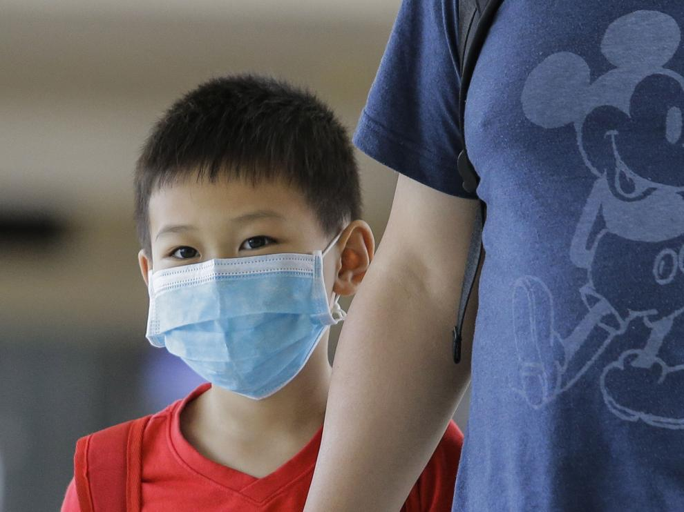 Colombo (Sri Lanka), 30/01/2020.- A Chinese boy wears protective mask on arrival at the Bandaranaike International Airport in Colombo, Sri Lanka, 30 January 2020. A female Chinese tourist from Hubei province who arrived in Sri Lanka on 19 January 2020 tested positive for coronavirus on 27 January, prompting authorities to suspend visa on arrival services for all Chinese citizens. EFE/EPA/CHAMILA KARUNARATHNE Sri Lanka confirms first patient of Chinese deadly coronavirus