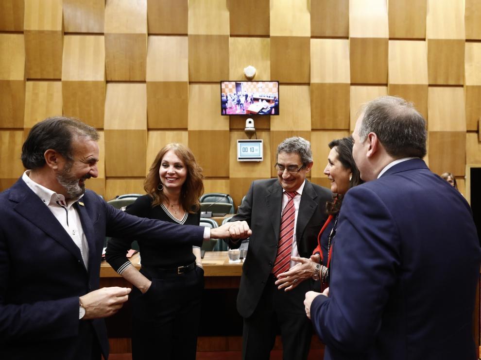El portavoz de Vox, Julio Calvo, en el centro junto a concejales del PP y de Cs.