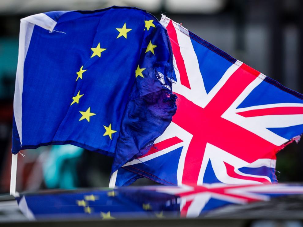 La bandera de la Unión Europea junto a la de Reino Unido, en una imagen de archivo.