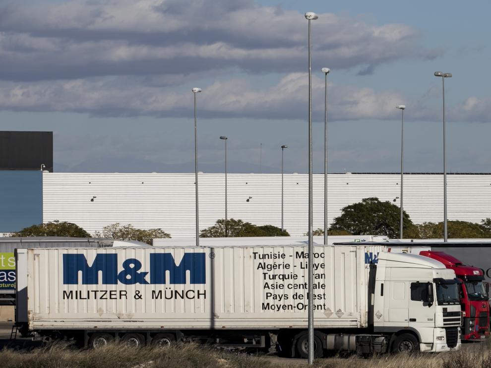 Varios camiones cargando mercancías en la Plataforma Logística de Zaragoza.