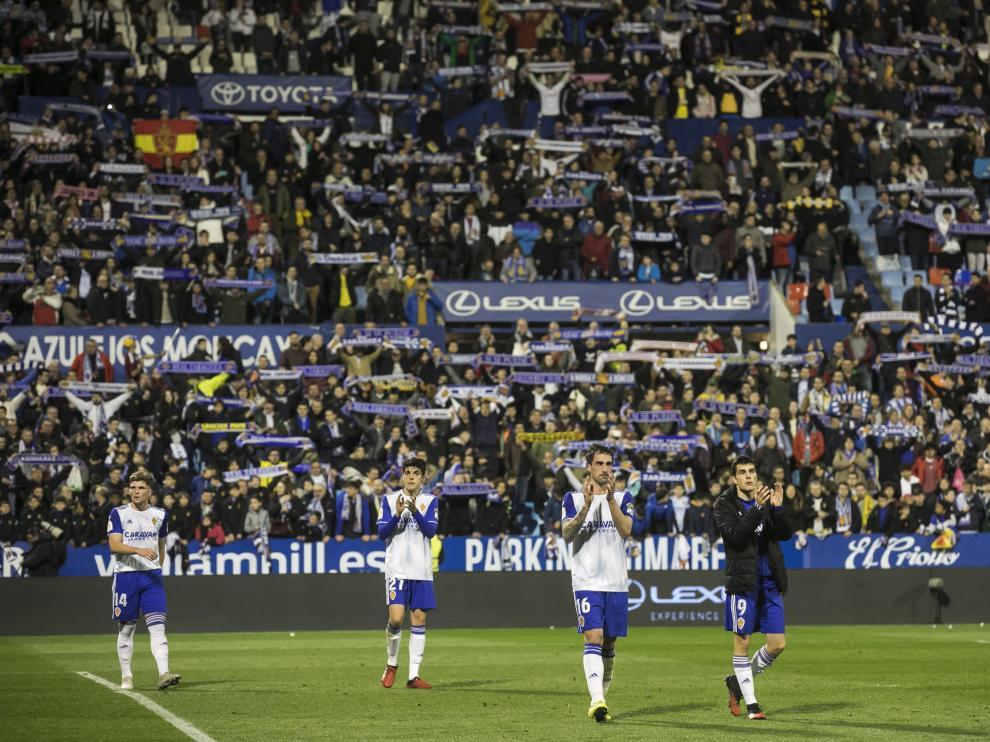 Los jugadores del Real Zaragoza dan la vuelta de honor a La Romareda.