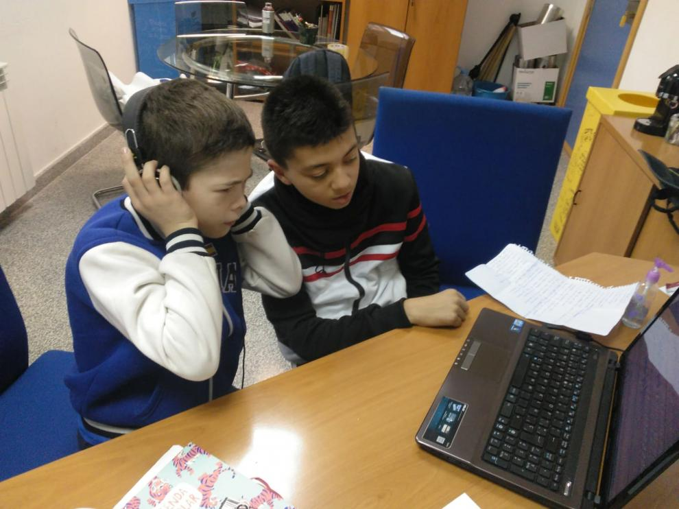 Santiago y Zouhir grabando el rap que este jueves se ha escuchado por la megafonía de su colegio.