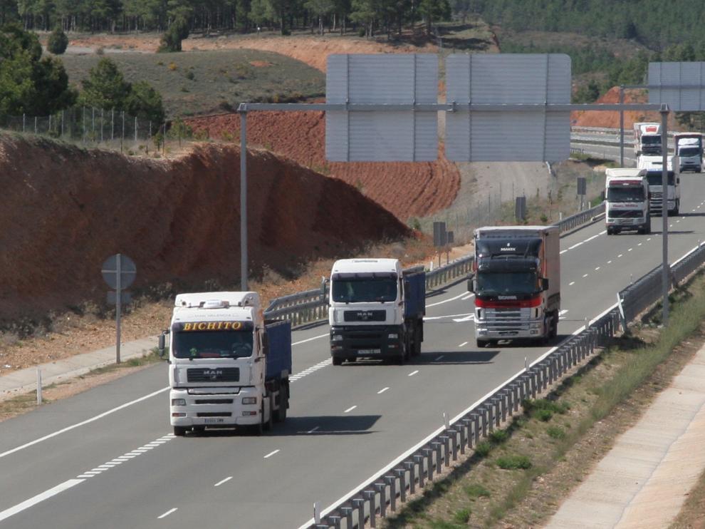 Trafico de camiones en la autovia mudejar en las cercanias de Teruel. Foto Antonio Garcia. 29-04-08 [[[HA ARCHIVO]]]