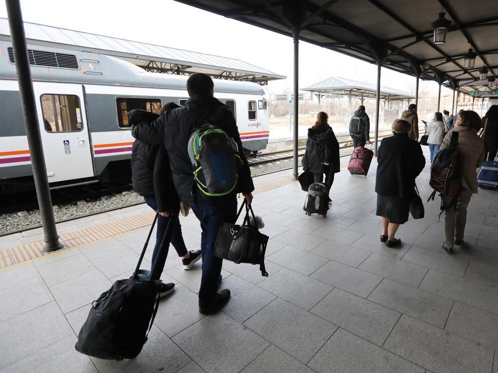 Transbordo de pasajeros, este miércoles, en la estación de Teruel por la interrupción del servicio