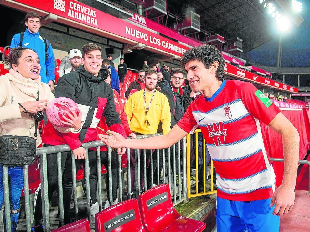 Vallejo saluda a los aficionados en su reciente presentación como jugador del Granada. miguel ángel molina/efe