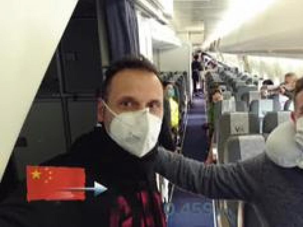 Los españoles en Wuhan ya pisan suelo europeo después de un tedioso operativo de repatriación. Muchos controles, tomas de temperatura y esperas hasta que, finalmente, a las 2:45 de la madrugada, hora española, han salido de Wuhan.