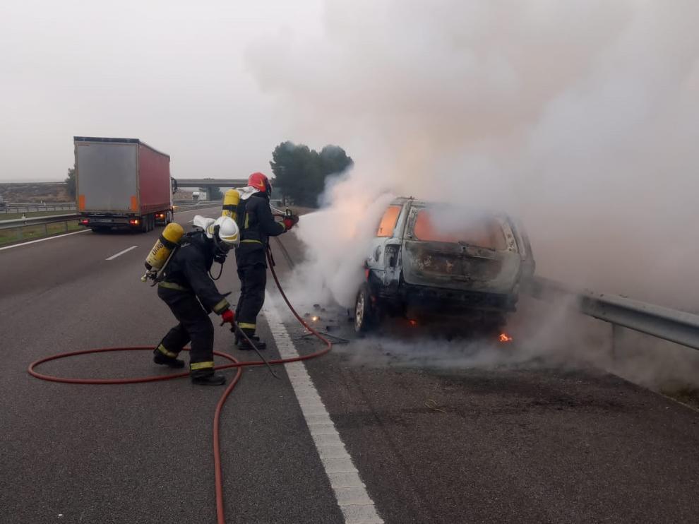 Bomberos de la Comarca del Bajo Cinca sofocan el incendio de un vehículo en la AP-2.