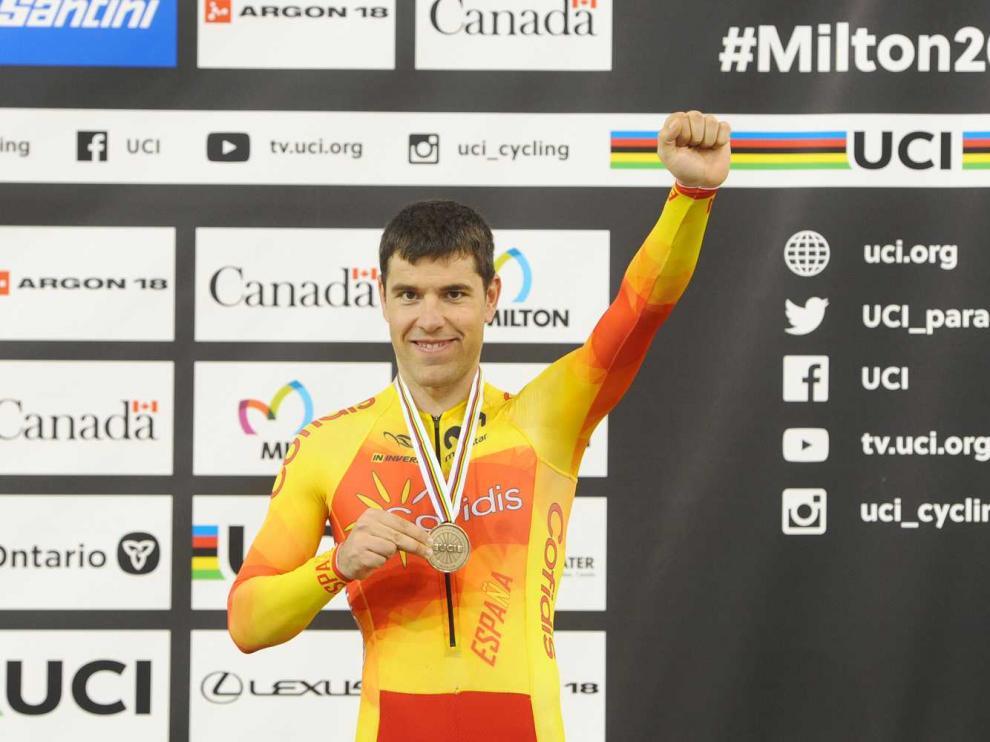 El aragonés Eduardo Santas, en el podio con el bronce conquistado en la prueba de persecución MC3 en el Mundial de Milton (Canadá)