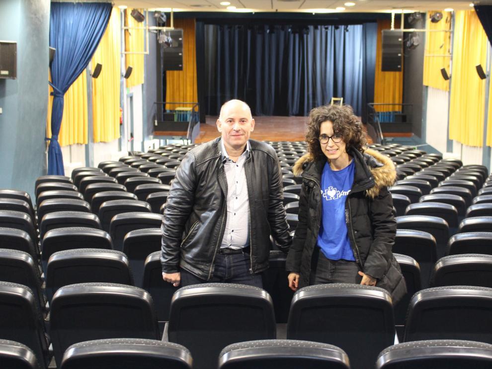 Juan Carlos García, concejal de Cultura de Binéfar, y Naiara Hernández, terapeuta ocupacional de AMO, en el teatro.