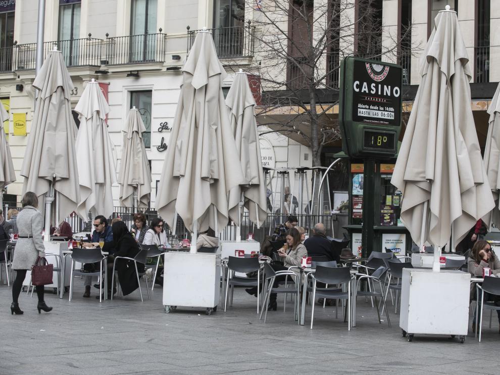 La terraza de la plaza de España de Zaragoza, llena de clientes en una imagen de este jueves.