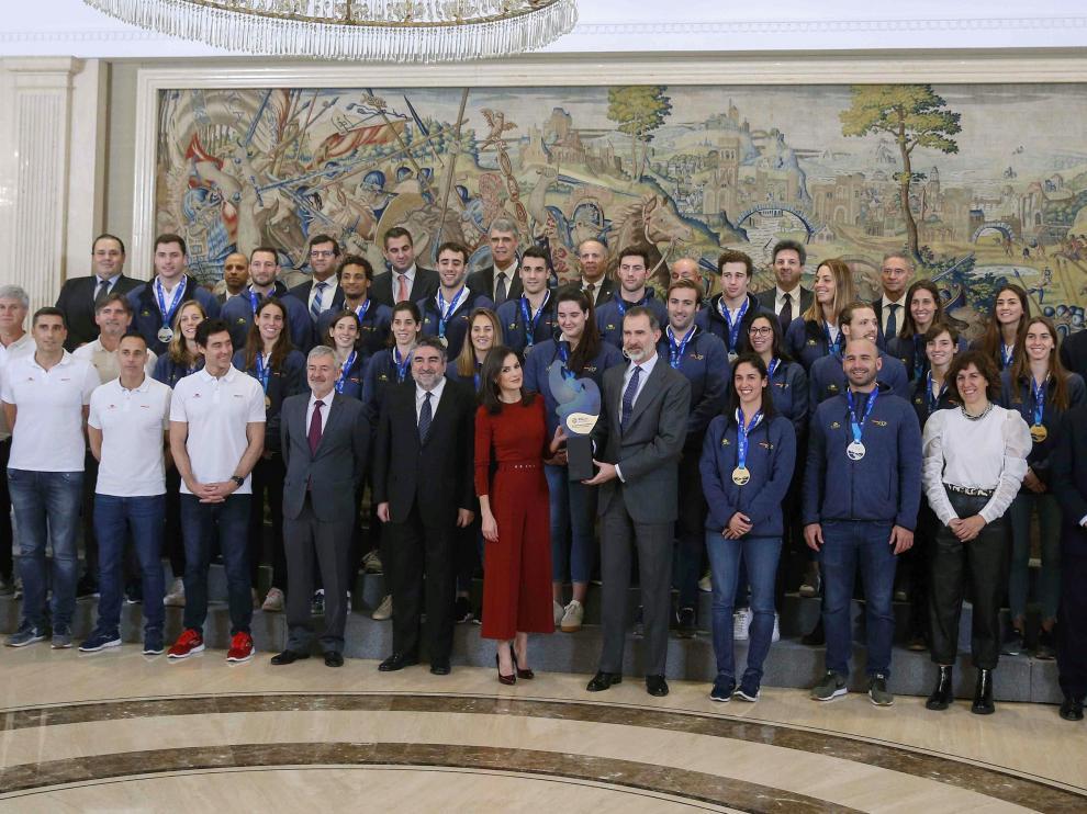 Los Reyes han recibido en el Palacio de la Zarzuela a las selecciones masculinas y femeninas de waterpolo tras su actuación en el Campeonato de Europa.