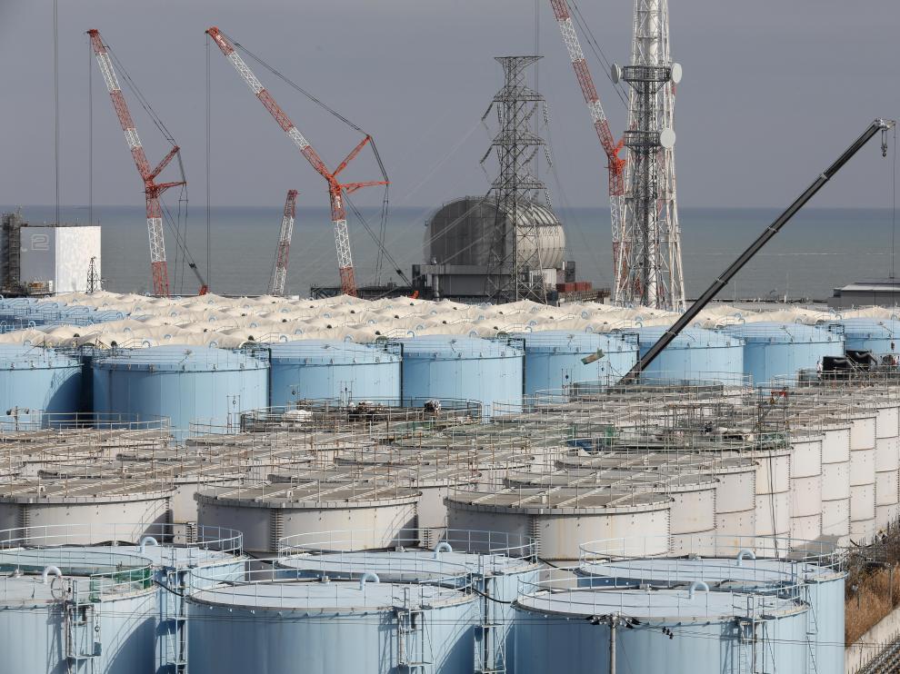 Trabajadores demuelen viejos tanques de almacenamiento en la planta de energía nuclear Fukushima.