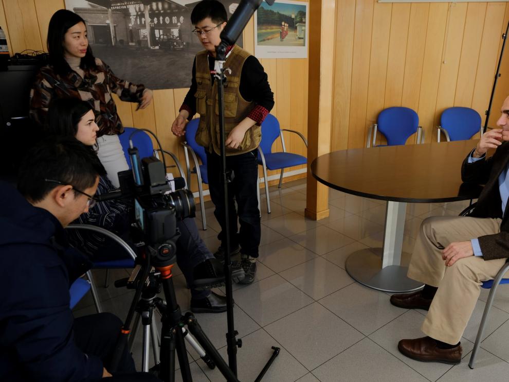 Uno de los momentos del rodaje de la televisión china a la empresa zaragozana Pensumo