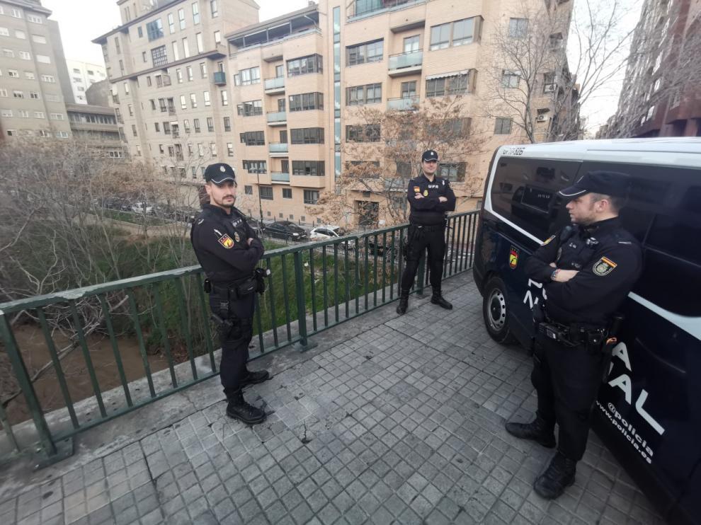 Los agentes de la Policía Nacional en el puente sobre el río Huerva en el que evitaron uno de los suicidios