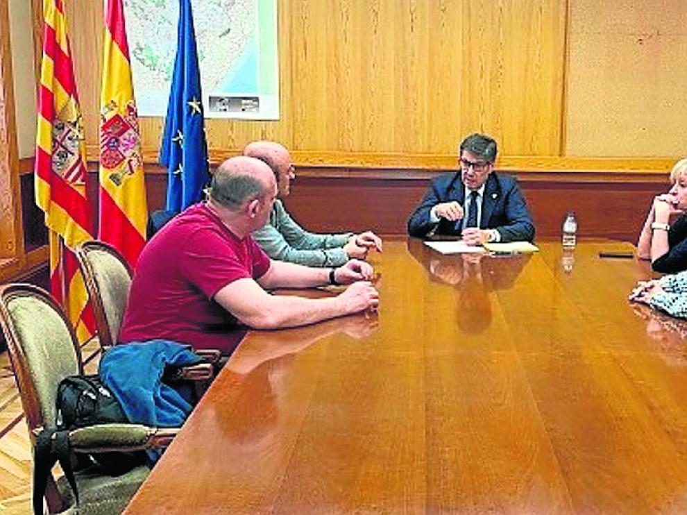 El vicepresidente del Gobierno aragonés, Arturo Aliaga, con representantes del comité de Schindler.