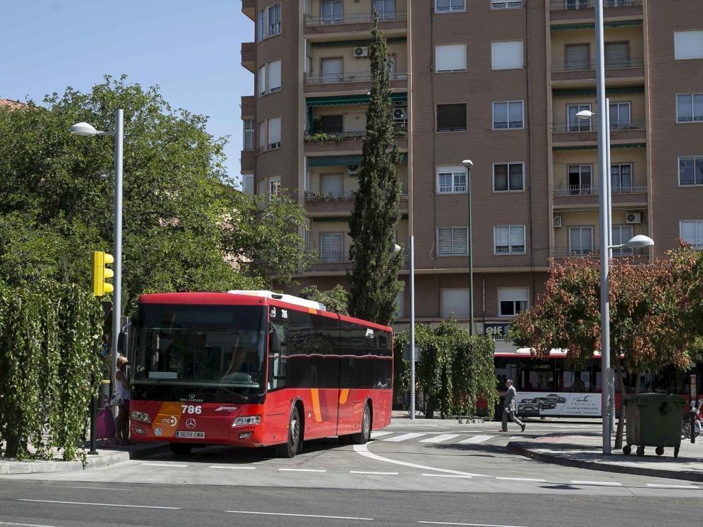 Un autobús metropolitano, en el intercambiador de la plaza de Carlos V.