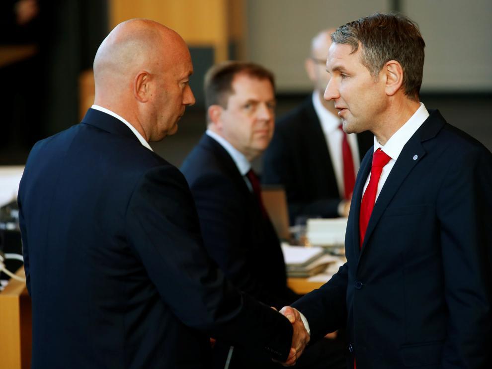 Bjoern Hoecke, de AfD (d), felicita al liberal Thomas Kemmerich tras ser elegido primer ministro de Turingia con el apoyo de su partido.