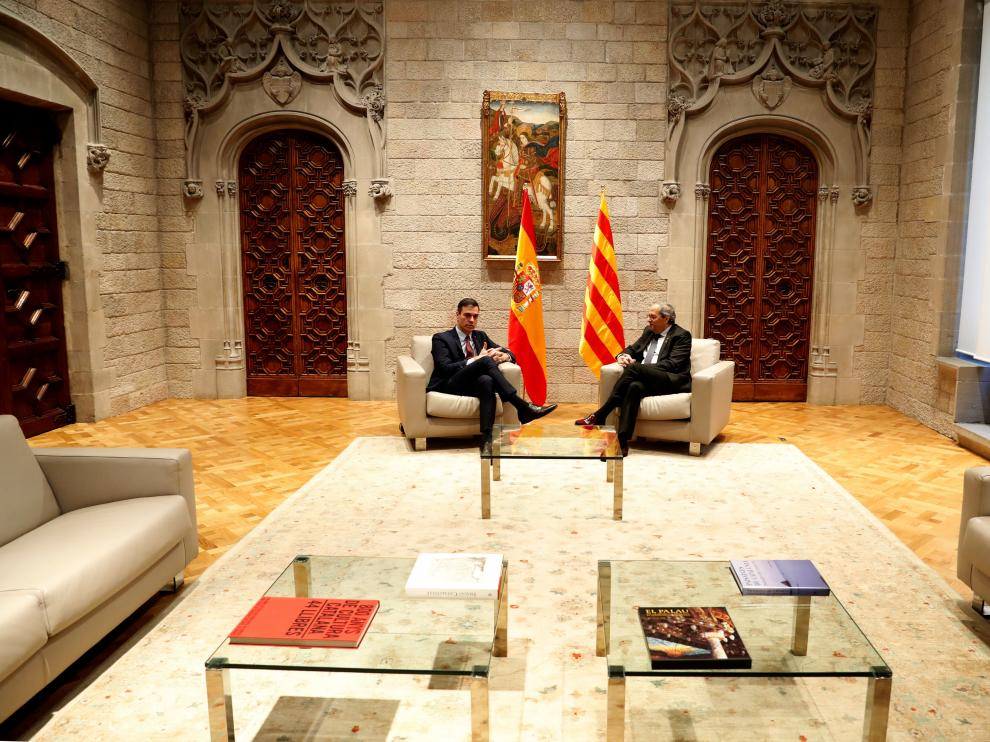 El presidente catalán, Quim Torra, y el presidente del Gobierno, Pedro Sánchez, durante la reunión que mantuvieron hoy jueves en el Palau de la Generalitat.