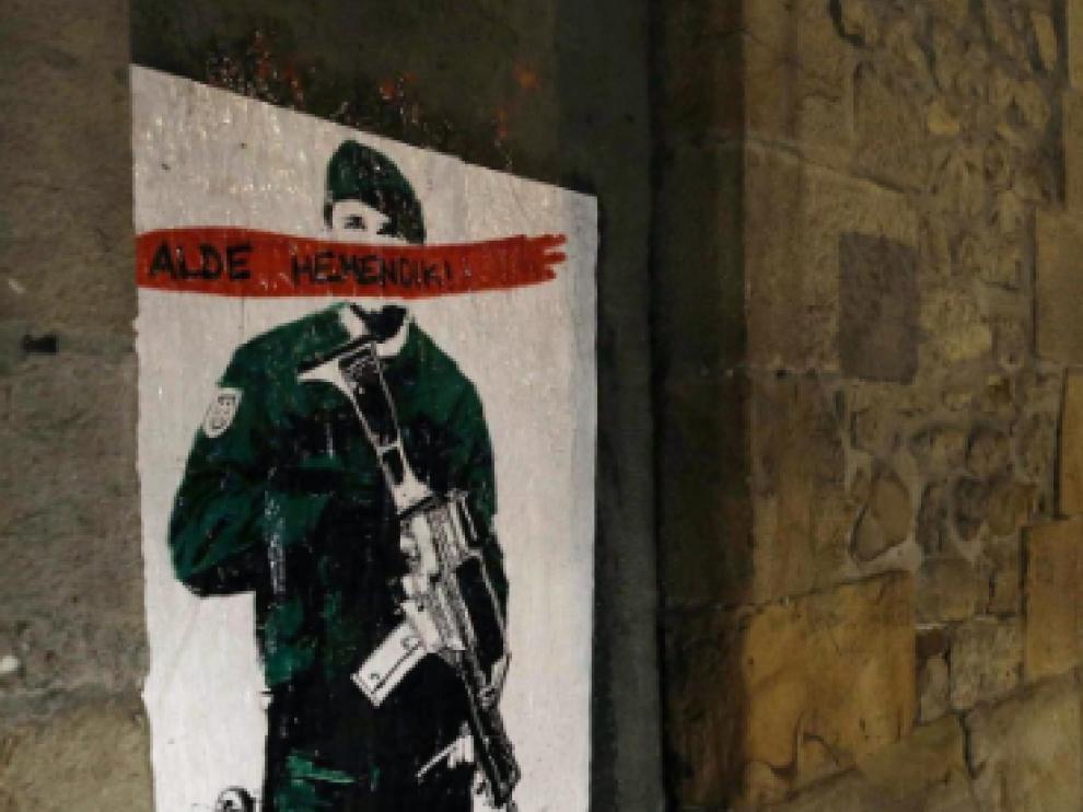 Foto de archivo de un cartel contra la Guardia Civil colocado en la locadidad de Alsasua con la frase 'Alde Hemendik-Fuera de aqui'.