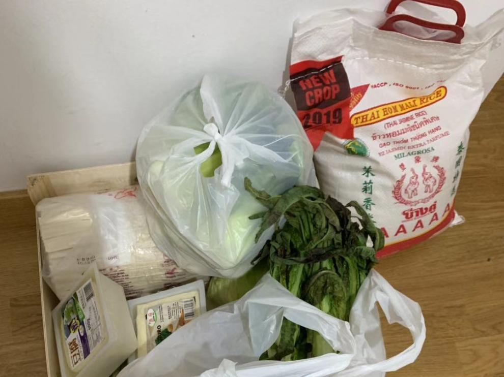 Bolsas de comida donadas por un supermercado chino a una familia en cuarentena en Zaragoza
