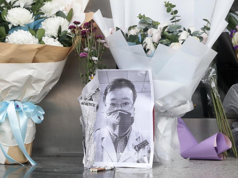 Flores en recuerdo a Li Wenliang