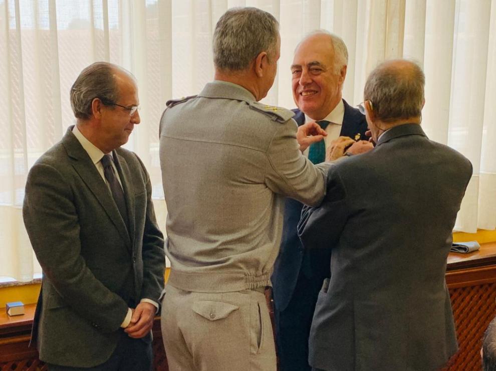 El general director Carlos Melero impone la insignia de cadete honorífico al director general de Fundación Ibercaja, José Luis Rodrigo. A la izquierda, el decano Javier Nieto y a la derecha, el expresidente del Gobierno de Aragón y cadete más antiguo, Hipólito Gómez de las Roces.