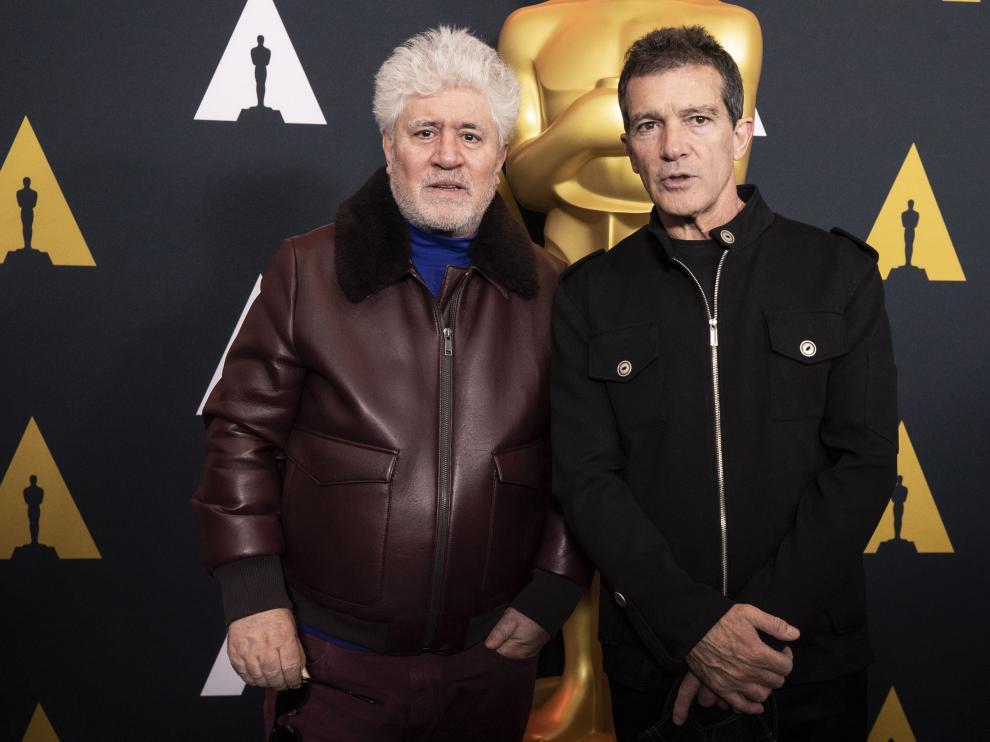 Pedro Almodóvar y Antonio Banderas posando delante de la estatuilla de los Premios Óscar, este 7 de febrero en Beverly Hills