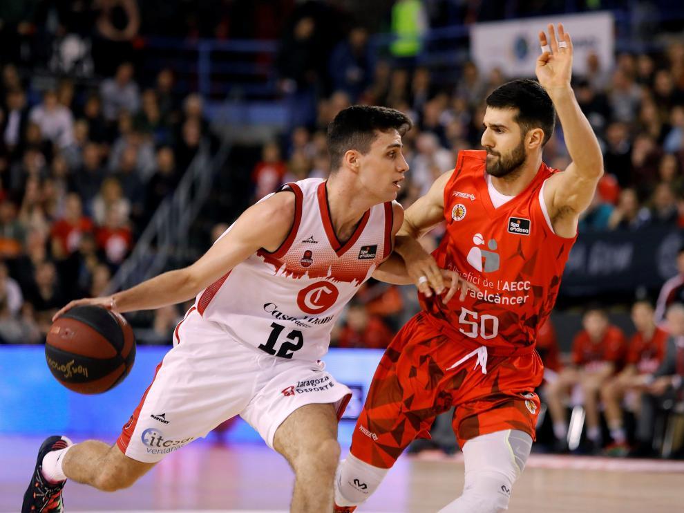 Alocén protege el balón ante la defensa de Cvetkovic en el encuentro ante el Manresa.