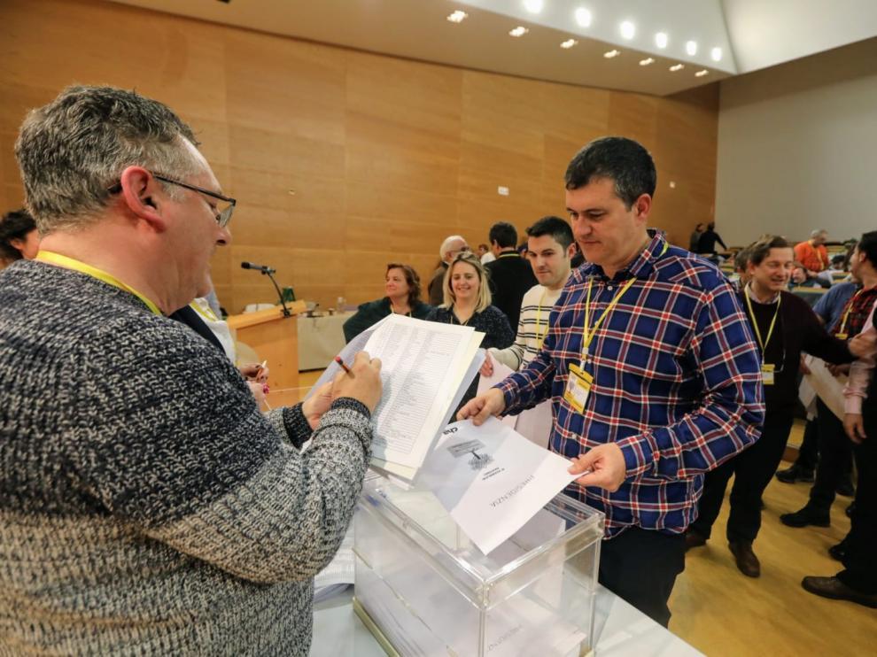 El nuevo presidente de CHA, Joaquín Palacín, deposita la papeleta en la urna de la que ha salido su designación como sucesor de Soro, ayer por la tarde.