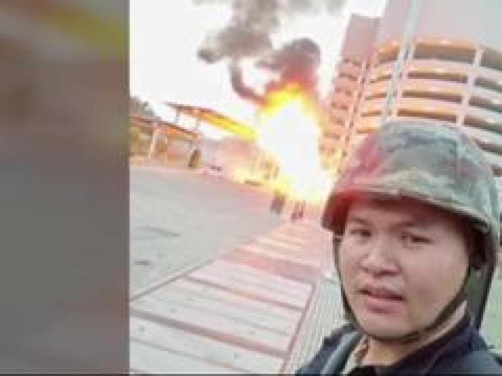 """Un joven soldado de 32 años, efectuó este sábado un ataque en un centro comercial de Tailandia donde asesinó a tiros a 26 personas. El atacante, que publicó fotografías y vídeos del ataque en las redes sociales después de asegurar un día antes que """"la muerte es inevitable"""", fue abatido como responsable del ataque."""