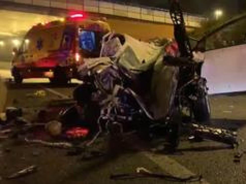Una mujer de 38 años falleció anoche en Madrid al precipitarse su vehículo desde una altura de 8 metros en el enlace de la A2 con la carrretera de circunvalación M30. Los bomberos de Madrid tuvieron que realizar maniobras de excarcelación para rescatar el cuerpo de la fallecida dado el estado en el que ha quedado el vehículo.