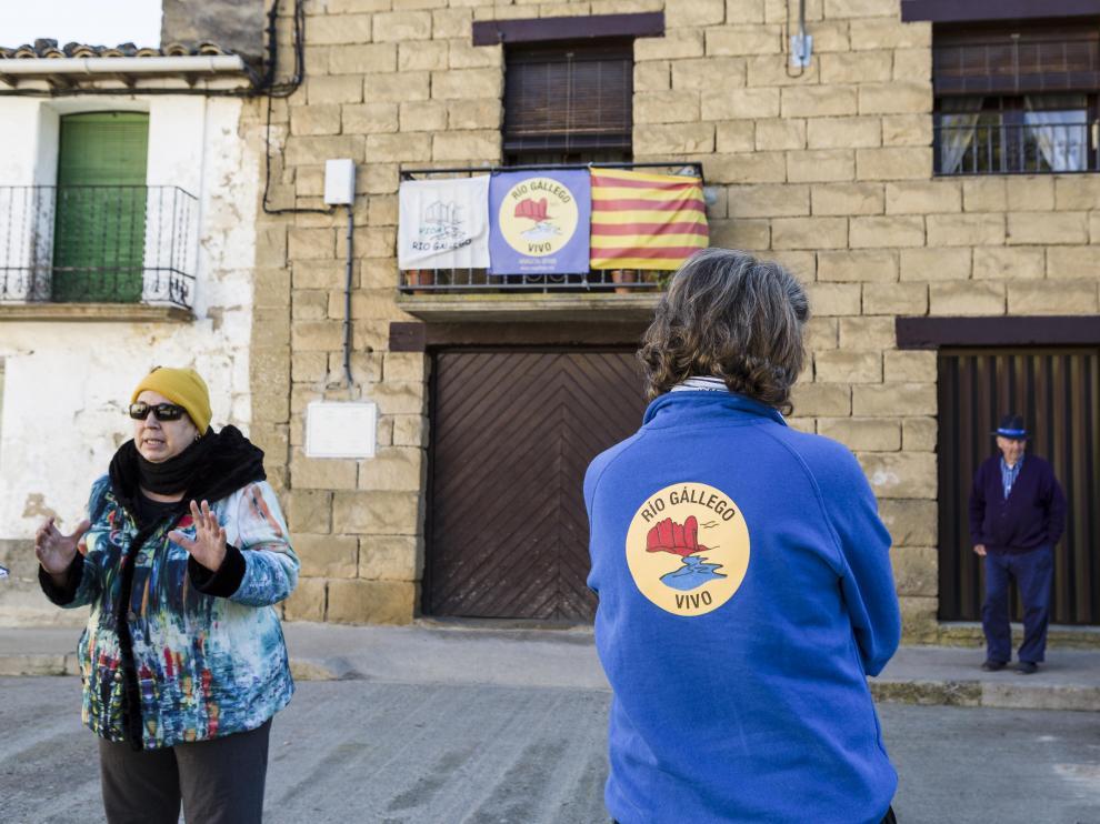 Balcones con carteles de 'Gállego vivo' en Biscarrués.