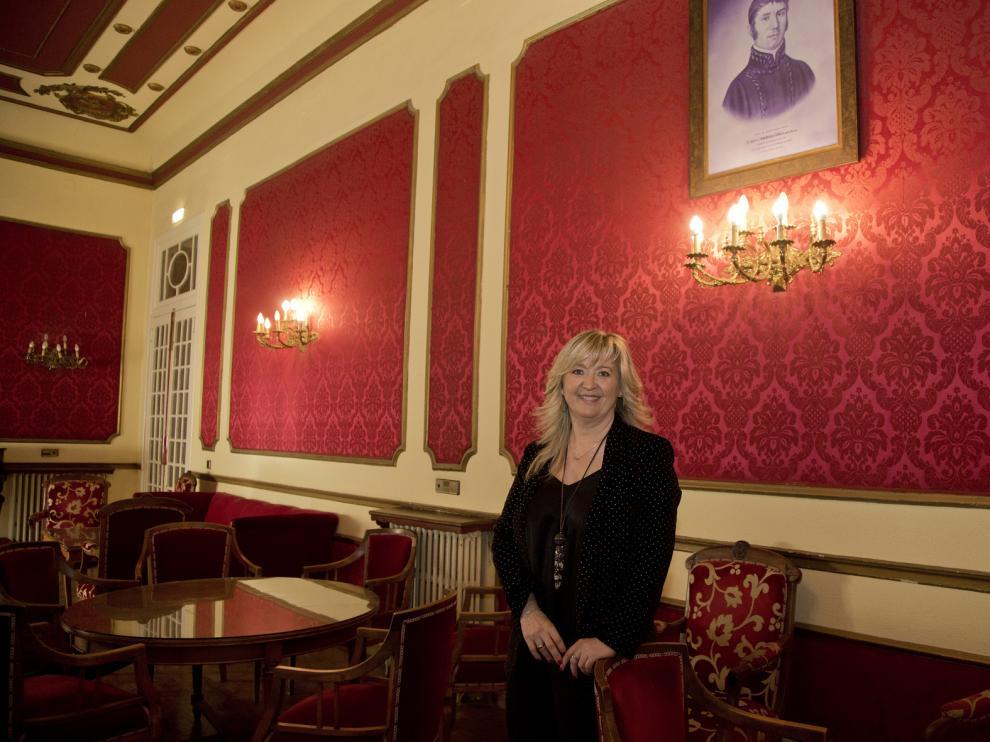 La presidenta del casino bilbilitano, en el interior del conocido como salón rojo.