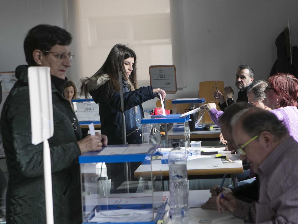Varios vecinos de Casetas participan en la elección del alcalde de barrio.