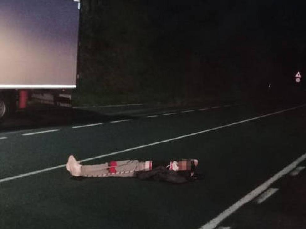 Imagen del hombre tumbado en uno de los carriles de la N-121-A.