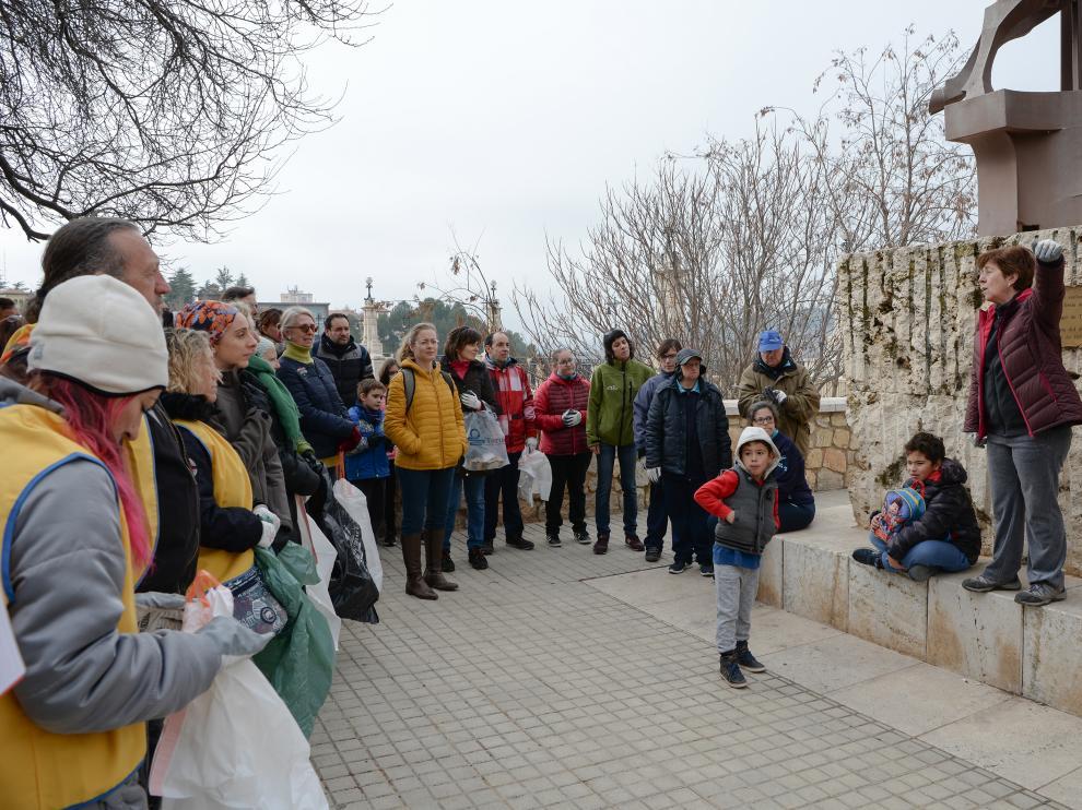 Los participantes en la limpieza de las laderas reciben las últimas instrucciones.