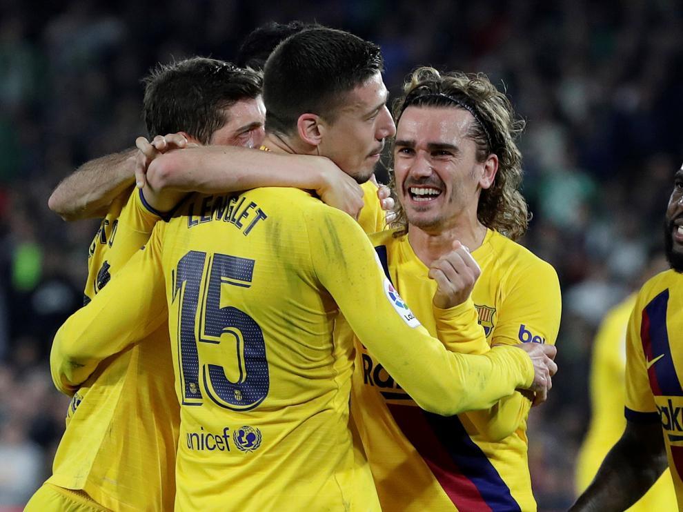 Los futbolistas del Barça felicitan a Lenglet por su gol.